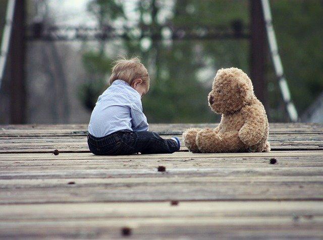 dítě a medvěd