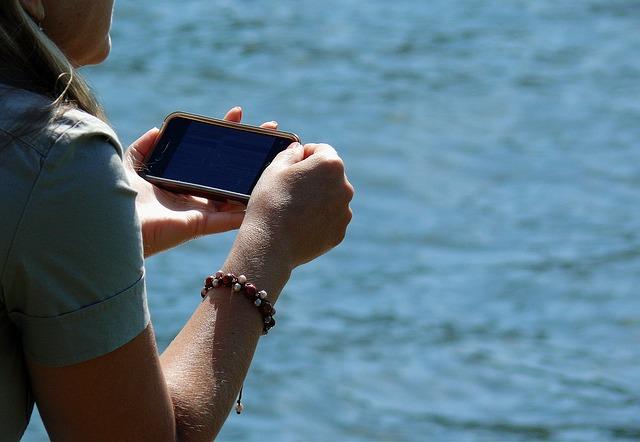 smartphone v rukách dívky