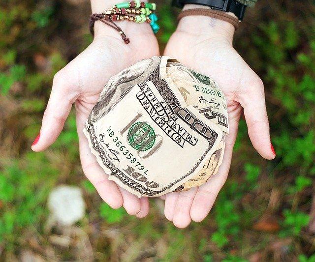 peníze na dlaních.jpg