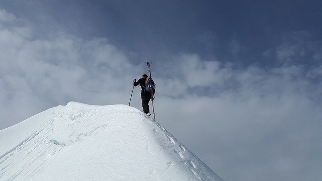 horolezec na vrcholu